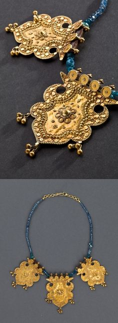 India | Necklace with three thick gold pendants decorated with granulation motif and blue sapphires | ca. Beginning of the 1900s.