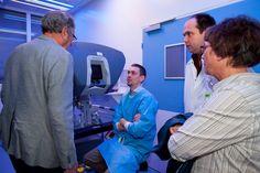 De Da Vinci robot werd dè publieksfavoriet tijdens de open dag van Atrium MC op 15 maart 2014. Hoe zit dat precies, een robot die opereert? Onze 'robodoc' Tom Tuytten legt uit: http://www.atriummc.nl/index.php?id=25378