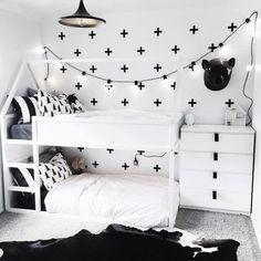 Kura-Bett von IKEA für ein geteiltes Kinderzimmer. Schwarz-Weiß für zwei Kinder.