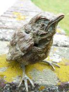 Precious-dierbaar is een bronzen beeld van een jonge mus.   bronzen beelden en tuinbeelden van Jeanette Jansen  