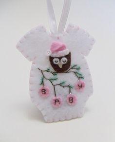 Baby's First Christmas Felt Onesie Ornament door BananaBugAndZod