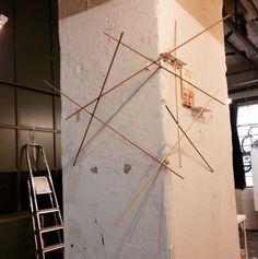 Magnus Hengge, Staben an der Wand, eckig und gold, 2014 im Atelier