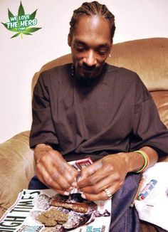 Snoop Dogg Rolling A Blunt
