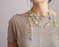 Crochet necklace in light cotton with pastel flowers - Collana a uncinetto in cotone leggero con fiorellini dai colori pastello