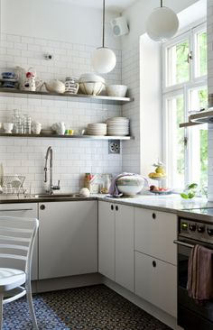 Modern kitchen designs for small spaces white kitchen cabinets and shelves to increase small kitchen design . Home Kitchens, Kitchen Design Small, Kitchen Inspirations, Kitchen Dining Room, Kitchen Renovation, New Kitchen, Kitchen Interior, Interior Design Kitchen, Modern Kitchen Design