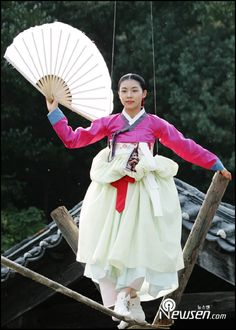 Hwang Jini (Hangul: 황진이; hanja: 黃眞伊) is a Korean drama broadcast on KBS2 in 2006. The series was based on the tumultuous life of Hwang Jini, who lived in 16th-century Joseon and became the most famous gisaeng in Korean history. Lead actress Ha Ji-won won the Grand Prize (Daesang) at the 2006 KBS Drama Awards for her performance. Korean Traditional, Traditional Clothes, Kbs Drama, Oriental Dress, Ha Ji Won, Hyun Bin, Seoul Korea, Cute Korean, Famous Women