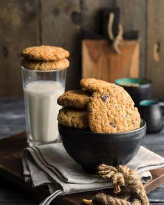 🍉 #рецепты@elehandmade <br><br>Самое настоящее американское овсяное печенье с орехами и шоколадом<br><br>Масло сливочное 82,5% — 225 г <br>Сахар тростниковый — 200 г <br>Сахар — 130 г <br>Яйца — 2 шт <br>Хлопья овсяные — 180 г <br>Мука — 320 г <br>Разрыхлитель — 10 г <br>Капли шоколадные — 50 г..
