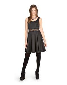 Tu laisseras la foule bouche bée lorsque tu porteras cette robe de fête évasée!