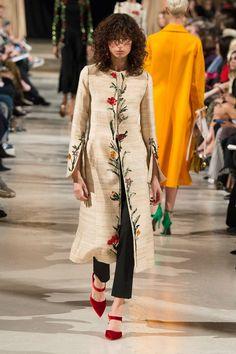 The complete Oscar de la Renta Fall 2018 Ready-to-Wear fashion show now on Vogue Runway. Vogue Fashion, Hijab Fashion, Runway Fashion, Fashion Outfits, Fashion Beauty, Embroidery Fashion, Kurta Designs, Fashion Show Collection, Indian Designer Wear