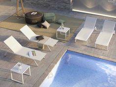 Elegante e dalle linee squadrate, Maxim lettino sdraio è prodotto in Italia e disegnato da Atmosphera Creative Lab. Leggerissimo ma resistente alle intemperie, è pensato per ambienti outdoor.