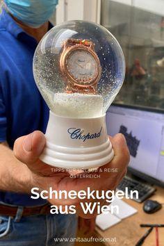 Dein Lieblingsmotiv soll in eine Glaskugel mit Schnee-Effekt gepackt werden? Die Handwerker der Wiener Schneekugelmanufaktur machen das. Es gibt wohl kein Motiv, dass hier nicht hinter Glas kommt. Alles über die österreichische Manufaktur und das alte Handwerk gibt es jetzt zum Nachlesen am Blog. #schneekugel #glaskugel #handwerk #wien #manufaktur #sehenswürdigkeiten #österreich #tipps #reise #urlaub #klopapierrolle #geschenk #weihnachten
