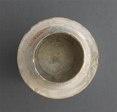 Musée d'Ecouen: Majoliques - Couvercle rond, 16 bandes rayonnantes. ECL18314. Vers 1520-1530. Revers. FAENZA (origine) Diamètre: 0.114 m.