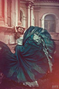contraste de movimento. Comentário: vestidos esvoaçantes, fumaça pairando no ar, são alguns dos elementos que nos dão a impressão de movimento nas imagens.