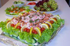Smörgåstårta med räkor och tonfisk Sandwich Cake, Sandwiches, Zeina, Swedish Recipes, Something Sweet, Seafood Recipes, Avocado Toast, Cobb Salad, Sushi