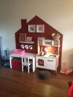 Speelhoek afbakenen en zo speelgoed een duidelijke plek te geven door een speelhuis te schilderen op de muur. Ook leuk in behang.