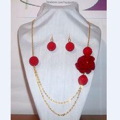 Collar 33: flor de hilo rojo. Con aros. Ch$6.000.