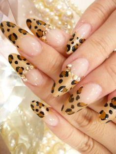 Nail art leopardate a metà