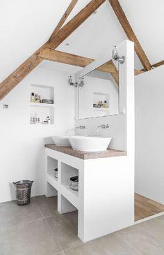 Tout en un pour un bloc maçonné comprenant plan vasque en béton cellulaire et bois lasuré sur le dessus, rangement et cloison douche