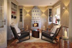 Ein antiker Kachelofen sorgt für gemütliche Abende #Sylt #Senhoog #Morsum Table, Furniture, Home Decor, Farmhouse, Cottage House, Sitting Rooms, Decoration Home, Room Decor, Tables