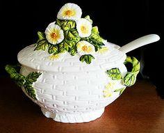 LEFTON Soup Tureen Rustic Daisy 5196 Lid Ladle Vintage 1950's three piece set Teapots Unique, New Apple Ipad, Some Like It Hot, Daisy Pattern, Landscaping Software, Basket Weaving, Tea Set, Tea Time, Tea Cups