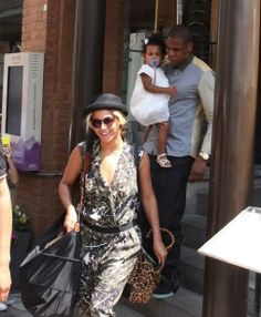 Beyonce & Jay-Z: Family Lunch with Blue Ivy Carter!: Photo Beyonce waves to cameras as she and her husband Jay-Z exit Cafe Nervosa on Wednesday (July in Toronto, Canada. Beyonce Knowles Carter, Beyonce And Jay Z, My Black Is Beautiful, Beautiful People, Jay Z Blue, Ivy Look, Blue Ivy Carter, Carter Family, Idol