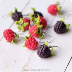 brincos framboesa e amora - blackberry and raspberry earrings - miniature polymer clay fruits and charms - pokkuru