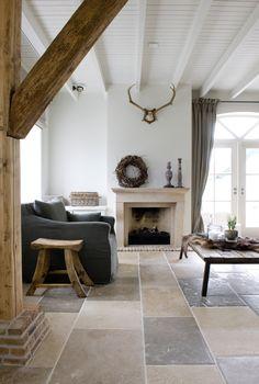 Natuursteen vloertegels in oude boerderij. Mooie kleurtinten passend bij de schouw van Franse kalksteen | Kersbergen.nl