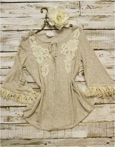 Lace trimmed tassel fringe sleeve tunic. Pretty oatmeal heather open long bell sleeve with lovely cotton applique. Sleeve edge is adorned with a fun naturaltas