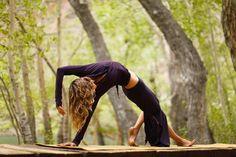 Med·i·ta·tion Temp·ta·tion- Inner, outer peace through yoga, food, and meditation. Yoga Pictures, Yoga Photos, Yoga Inspiration, Fitness Inspiration, Yoga En Plein Air, Photo Yoga, Yoga Dance, Outdoor Yoga, Yoga Photography