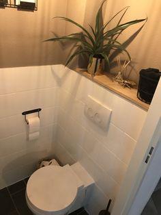 Zelf de tegels geverfd met tegelverf en voorzien van nieuwe accessoires. Bath Ideas, Sweet Home, Bathtub, Bathroom, Happy, House, Home Decor, Home Ideas, Homes