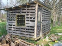Pallet chicken coop. I LOVE this design! What a great way to build inexpensively. by dixie