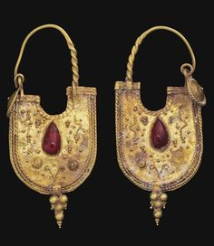 A PAIR OF EASTERN ROMAN GOLD AND GARNET EARRINGS CIRCA 2ND CENTURY A.D.