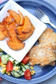 Fiskepinner med søtpotetstenger | Sunnere Livsstil  600 g pangasius (eller torsk, annen hvit fisk) 1 egg 4-5 ss mandelmel 2 ts sesamfrø salt og pepper 1 stor søtpotet 2 ss smør Frisk salat som tilbehør