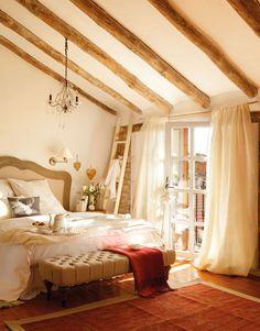 Dormitorio con vigas de madera y cabecero de madera y entelado