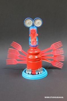 Plastic flessen, doppen, papier of karton kun je makkelijk gebruiken om je eigen unieke robot of andere kunstwerken mee te maken. Bij de zomerkunstclub leren wij jou hoe