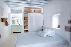 dormitorio estilo cícladas en azul celeste y blanco
