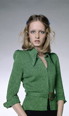 This photo, wherein Twiggy wears a green knit jacket with a matching belt, is one of the famed model's more subtle shoots. 80s Fashion, Hijab Fashion, Fashion Models, Vintage Fashion, Style Année 60, Style Icons, British Style, British Fashion, Twiggy