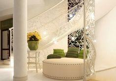 Weiße Treppe mit Geländer mit Zweigenmotiven