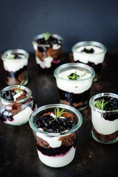dessert im glas: brownie, blaubeer-rosmarin-kompott, vanille-mascarpone-creme