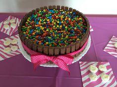 Eu fiz esse bolo De kit kat com a receita do Pinterest !!!!