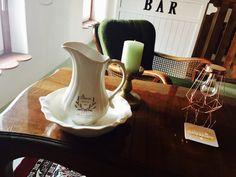 """Unser """"Cafe Berlin"""" plane ich gerade neu. Früher war das mal die Werkstatt. Neu renoviert genießen wir hier unseren Wein am Abend in den Chippendalesessel. Zukünftig soll es auch als Musikzimmer für Wolfgang genutzt werden. Hat wer Ideen?"""
