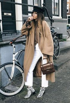New tan ankle boats outfit casual camel coat ideas How To Wear White Jeans, How To Wear Ankle Boots, Ankle Boots Outfit Winter, Winter Boots, Snake Print Boots, Snake Boots, Booties Outfit, Zapatos Animal Print, Minimalist Outfit