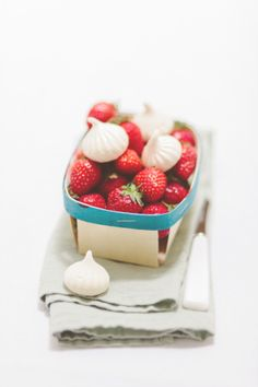 Strawberries and mini meringues. www.cosebellemagazine.it