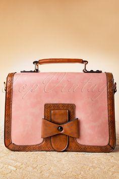 Deze50s Antique Messenger Bag in Pinkmaakt alle fashion flaters uit je verleden in één keer goed, want hij is echt te mooi om waar te zijn!Een prachtige, faux leren, medium sized tas in schattig roze. De mooie bruine details zijn voorzien van bloemachtige uitsnedes en de echte eyecatcher is de strik-achtige versiering voorop. Met verborgen magneetsluiting en aan de binnenkant nog een extra ritssluiting. Wordt geleverd met een los, verstelbaar hengsel. De tas is gevoe...