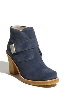 Hate those big slipper-looking Uggs that everyone seems to wear. Now these are Uggs I can live with