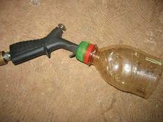 Foto: Bico de ar comprimido unido à parte superior de uma garrafa PET pequena.