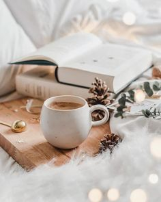 25 Cozy Autumn inspiration - A stylish and cozy home cozy at home warm drinks hygge home inspiration Coffee And Books, Coffee Love, Coffee Break, Cozy Coffee, Coffee Art, Coffee Shop, Autumn Coffee, Coffee Mugs, Coffee Maker