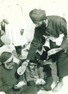 Sant Jarnail Singh Ji Khalsa Bhindranwale doing seva of serving parshade. <3 what an inspiring Gursikh!!