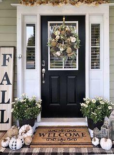 Cool 38 Beautiful Front Door Entryway Decor Ideas To Try Asap Fall Home Decor, Autumn Home, Farmhouse Homes, Farmhouse Decor, Farmhouse Front Porches, Halloween Veranda, Deco Design, Porch Decorating, Decorating Ideas