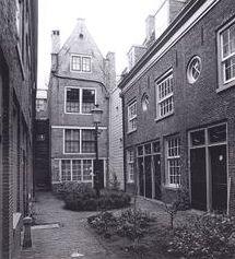 Hofjes in de Jordaan. Egelantierdwarsstraat nr 2. De lakenhandelaar Claes Claeszoon Anslo had drie 'huisgens en drie camers' in een tuin achter de Egelantiersstraat gebouwd, waarin hij oude mensen gratis liet wonen. Het is een van de oudste hofjes in Amsterdam. Het hofje is een samenvoeging van het Anslohofje met de resten van het Zwaardvegershofje dat toegankelijk was vanaf de Tuinstraat. Op de Egelantierstraat 50 is het familiewapen van de Claes Claesz. Anslo te zien.